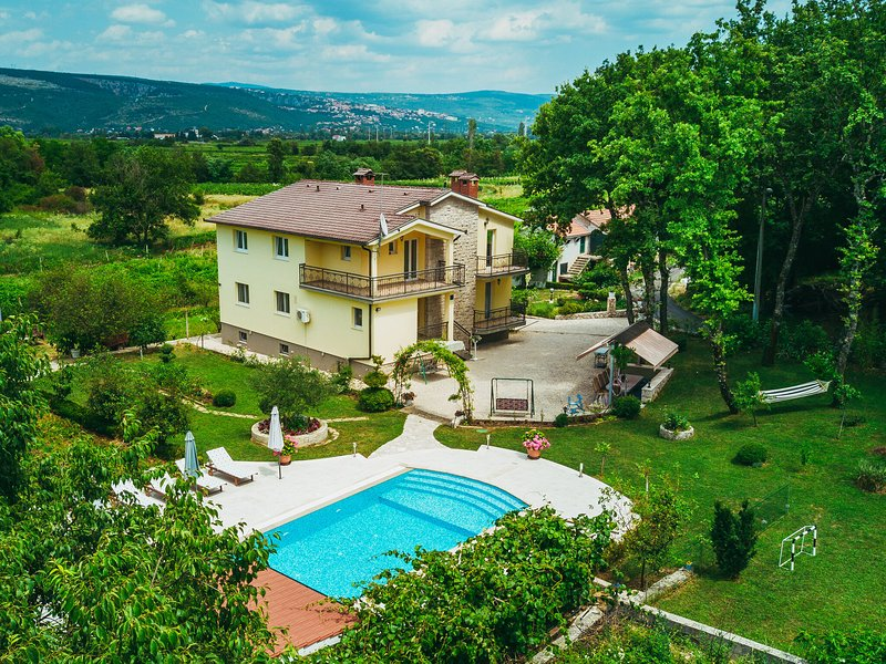Charming Holiday Home in Grubine with Pool, vacation rental in Donji Prolozac