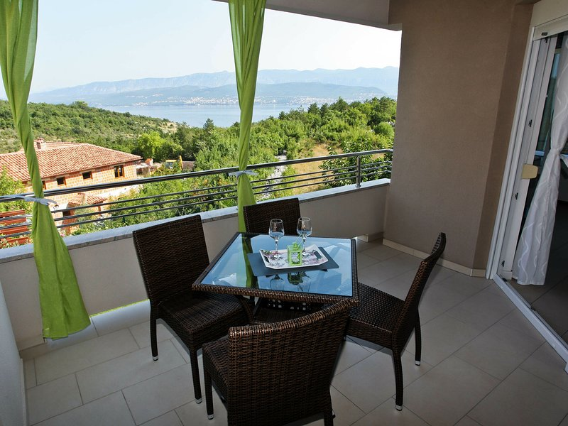 Spacious apartment with covered terrace and sea view  !, location de vacances à Polje
