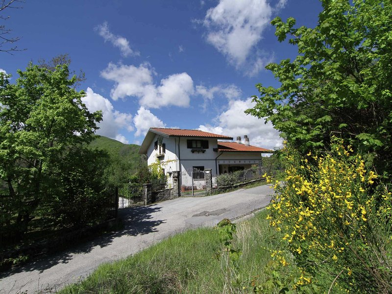 Cozy holiday home in Tuscany with Private Garden, holiday rental in San Momme