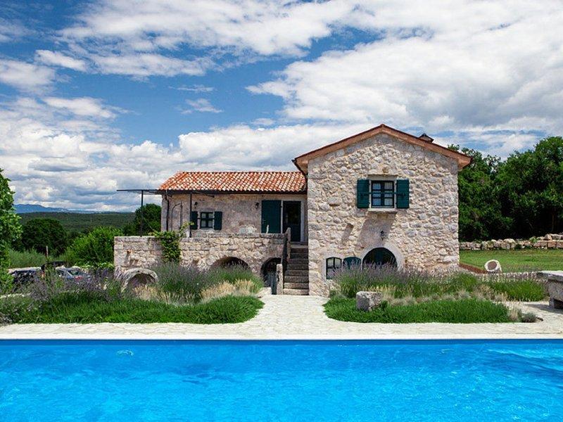 Authentic restored house with privat pool. Outdoor kitchen, fenced garden, aluguéis de temporada em Nenadici