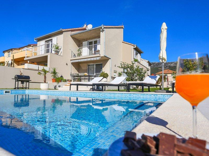 Modern villa with heatable pool, nice terrace, fenced garden, 60m from the sea, holiday rental in Kastel Kambelovac