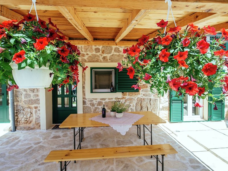 Stone house near river canyon, beautiful covered terrace, great mountains view, aluguéis de temporada em Gracac