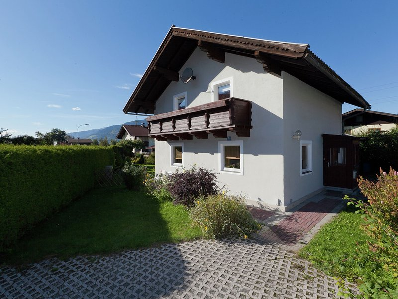 Comfortable Holiday Home near the Lake in Salzburg, vacation rental in Bruck an der Grossglocknerstrasse