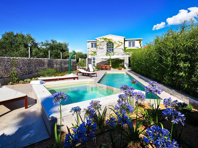 Beautiful new villa only 3 km from the beach, private swimming pool, whirpool, casa vacanza a Bilice