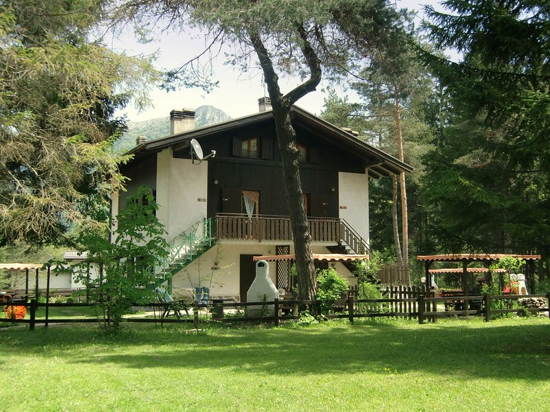 Modern Holiday Home Pieve di Ledro with garden, vacation rental in Tiarno di Sopra