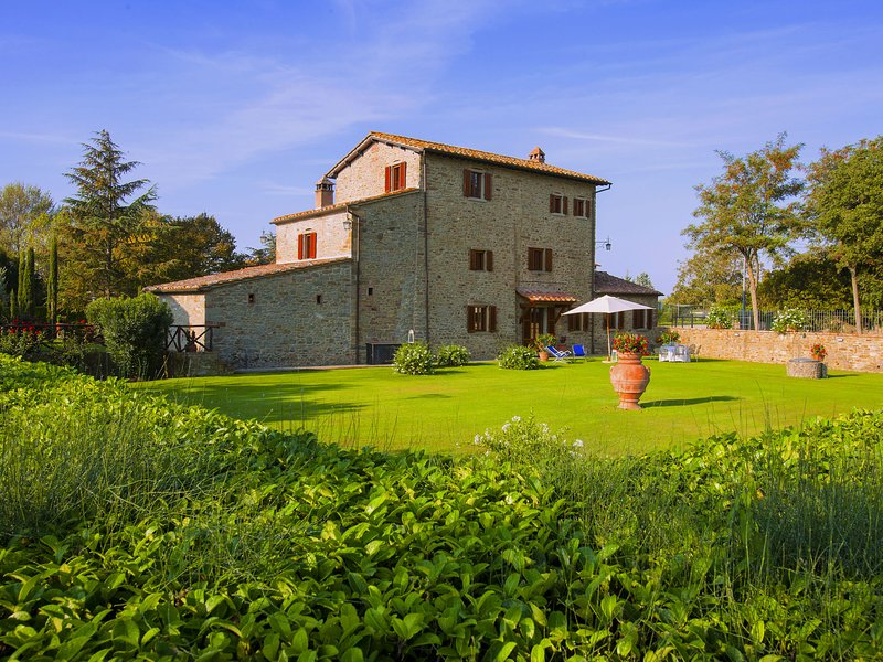 Agriturismo near Cortona with spacious garden and swimming pool, holiday rental in Montalla