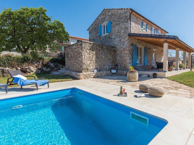 Beautiful stone house with large garden (600 m2) and private pool, aluguéis de temporada em Kruncici