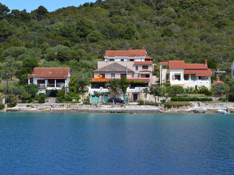 Spacious Sea-Front Apartment in Molat with Sea View, vacation rental in Premuda