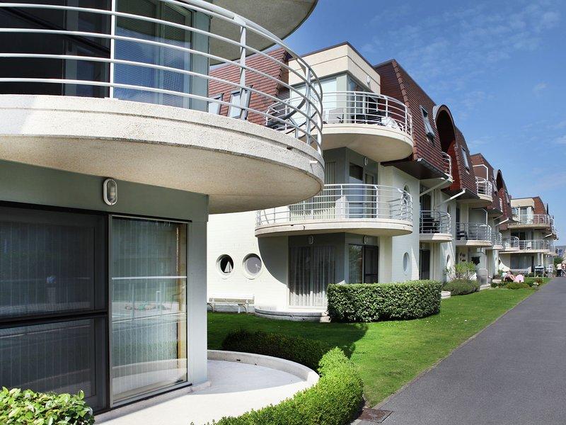 Modern Apartment with Swimming Pool near Sea in Bredene, location de vacances à Zerkegem