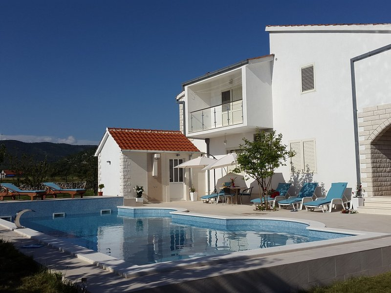 Spacious studio apartment with private terrace, shared pool, sauna & fitness, vacation rental in Donje Ogorje