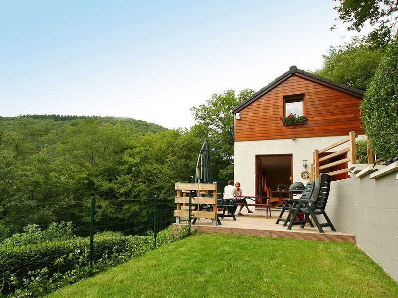 Cottage with a terrace and a magnificent view of the valley., casa vacanza a Nonceveux