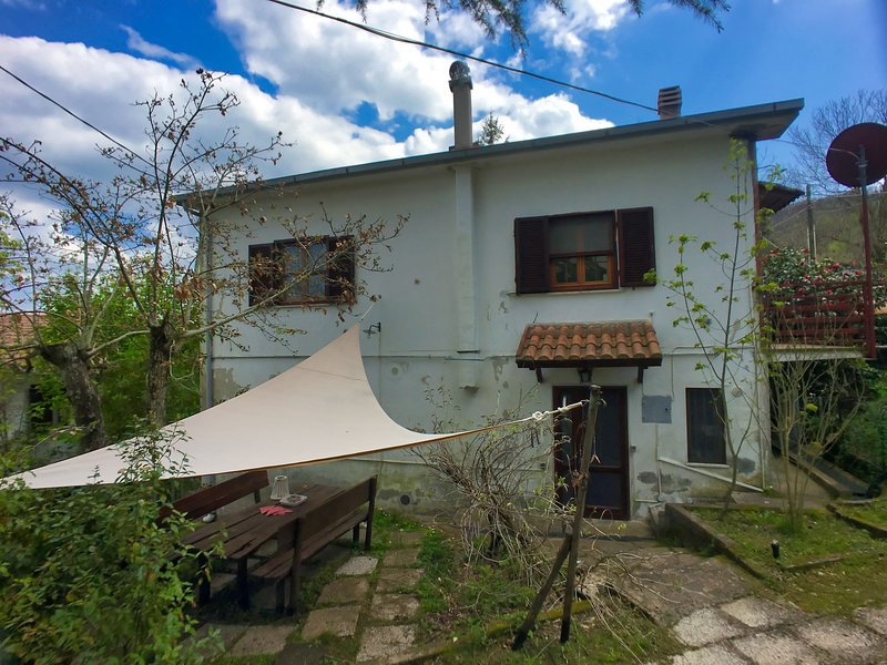 Cozy Holiday Home in Tuscany with mesmerizing garden, vacation rental in Castagneto Carducci