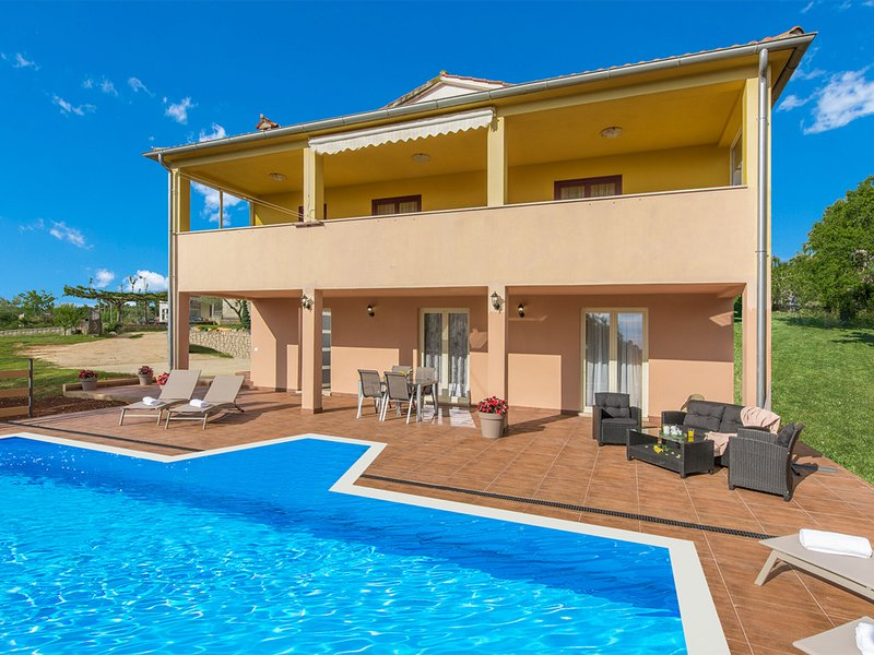 Modernly equipped two bedroom apartment with private pool for 4-6 people, holiday rental in Mofardini