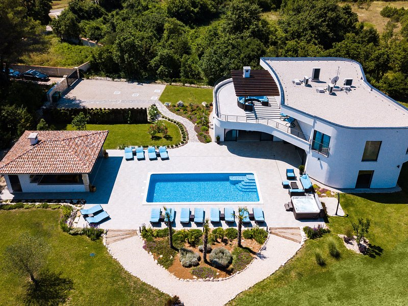 Luxury villa with pool and wellness,tennis court and mini golf !, alquiler vacacional en Jursici