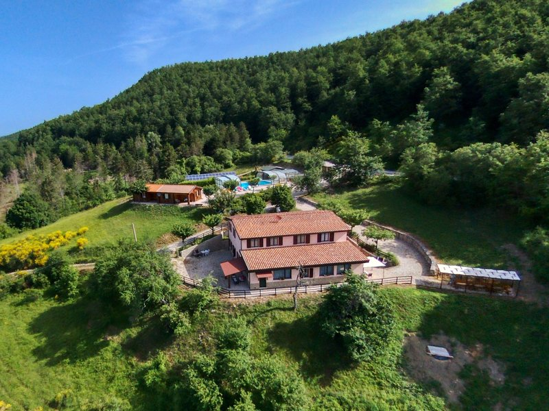 Agriturismo in the Appenines with covered swimming pool and jacuzzi, location de vacances à Serravalle di Carda