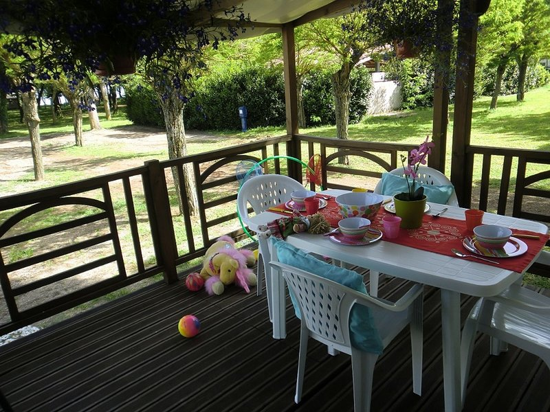 Small and cosy holiday park on the private beach of beautiful Lake Bracciano., holiday rental in Manziana