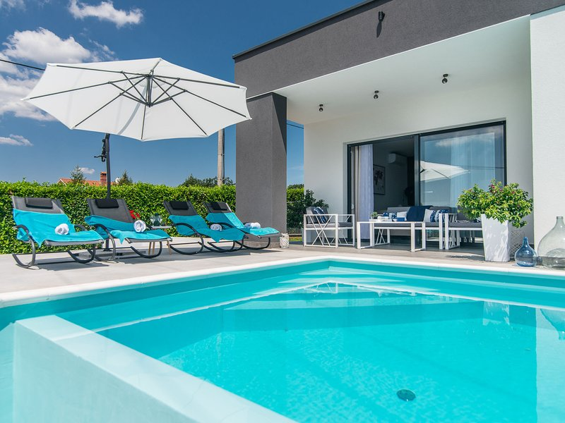 Beautiful newly built Villa Oleandra for up to 5 persons, with private pool, holiday rental in Kringa