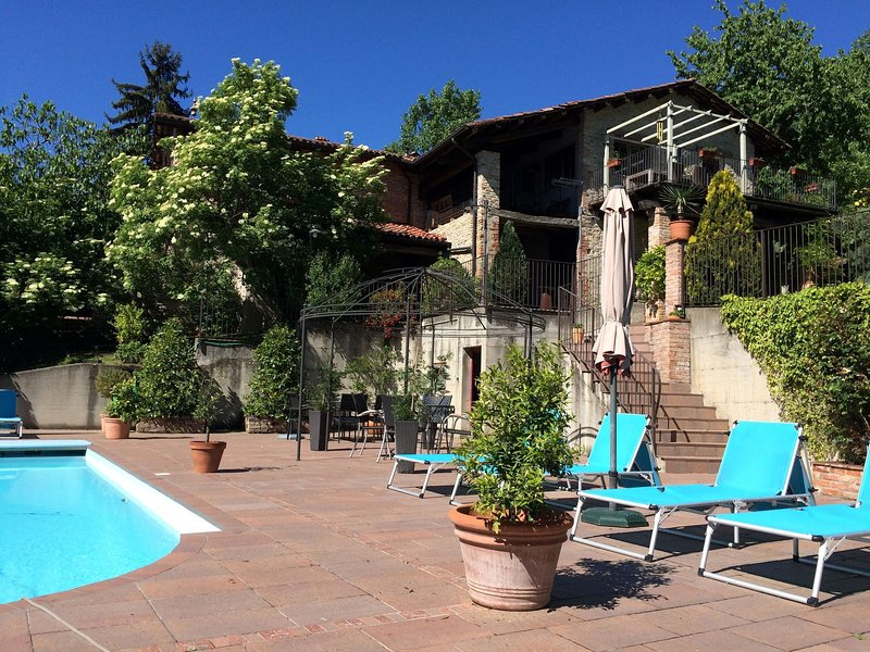 Apartment in small residence with swimming pool, surrounded by green hills, holiday rental in Vicoforte
