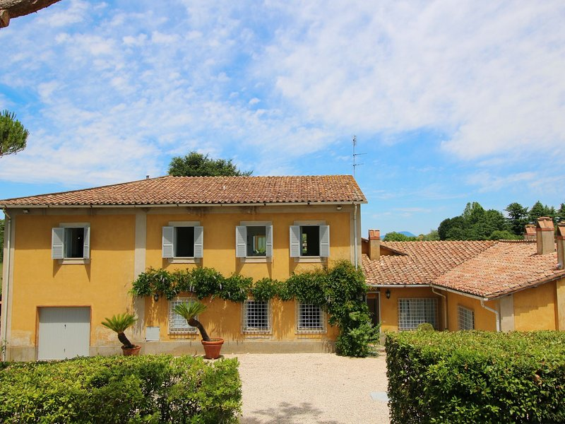 Stylish detached villa on a country estate with a pool, holiday rental in Manziana