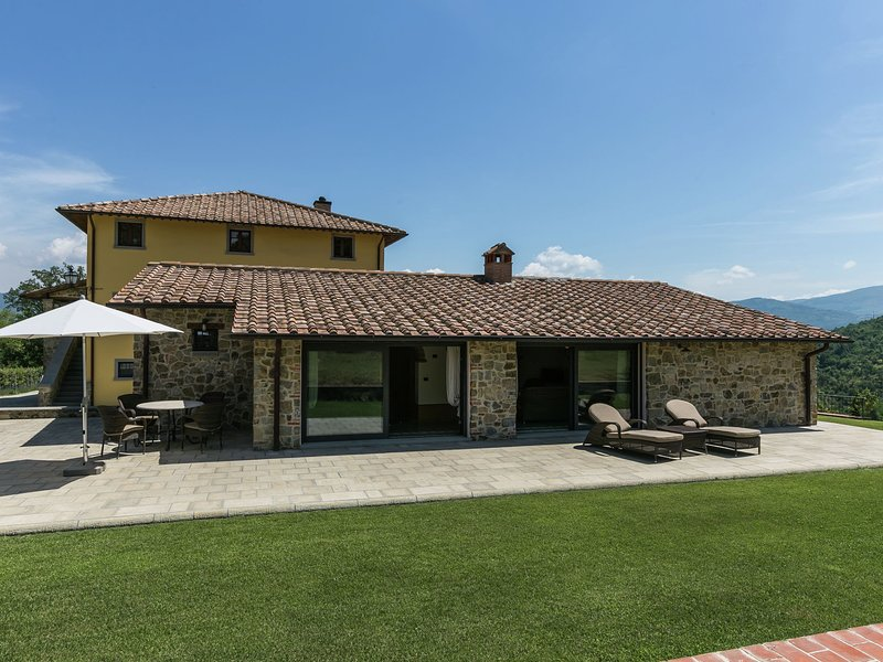 Luxury villa with pool and beautiful garden on an estate, holiday rental in Quota