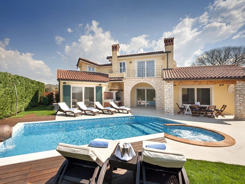 Luxury villa for up to 8 persons with pool, BBQ, wine cellar and billiard, holiday rental in Kastelir