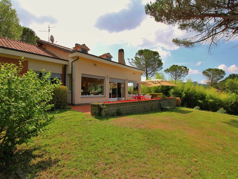 Villa with large garden with view of lake Bolsena, vacation rental in Montefiascone