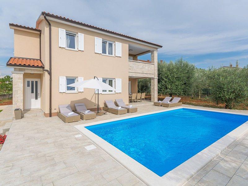 Modern newly built Villa in a beautiful location with private pool and  garden, aluguéis de temporada em Kruncici