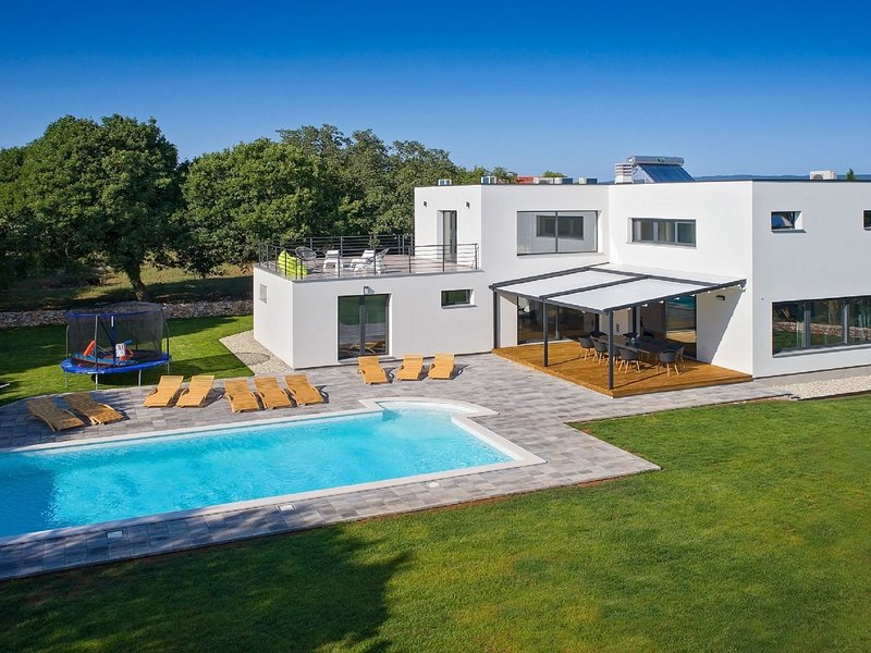 Luxurious Villa with Pool in Belavici, holiday rental in Bratulici