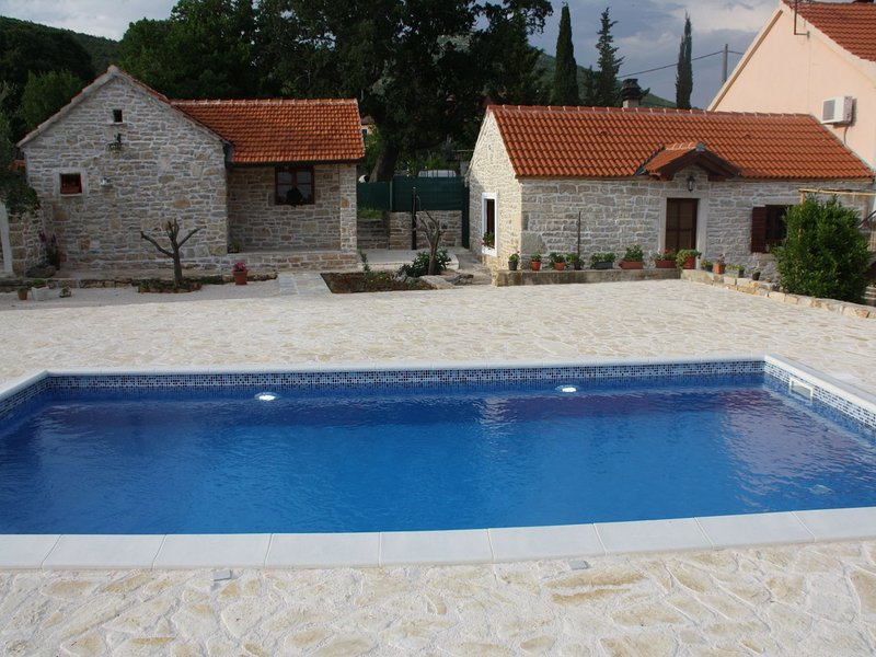 Vintage Holiday home in Bruška with Pool and parking, holiday rental in Gornji Karin