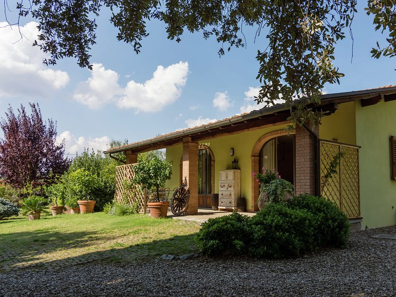 Detached house in the hills of Arezzo, surrounded by olive trees, holiday rental in Tregozzano