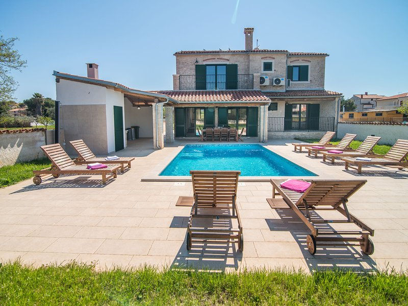 Minimalistically decorated villa Pomer with private pool and fenced yard, vacation rental in Pomer