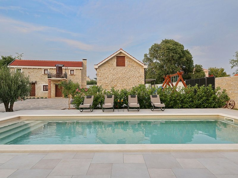 Spacious villa with private 50m swimming pool, nice guesthouse, rustical taverne, vacation rental in Galovac