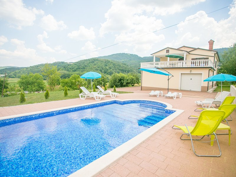 Comfortable apartment with a shared swimming pool for up to 6 persons, alquiler de vacaciones en Buzet
