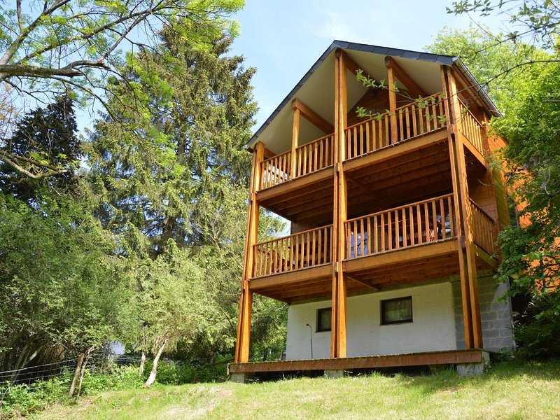 Comfortable modern chalet with wood finish., casa vacanza a Nonceveux