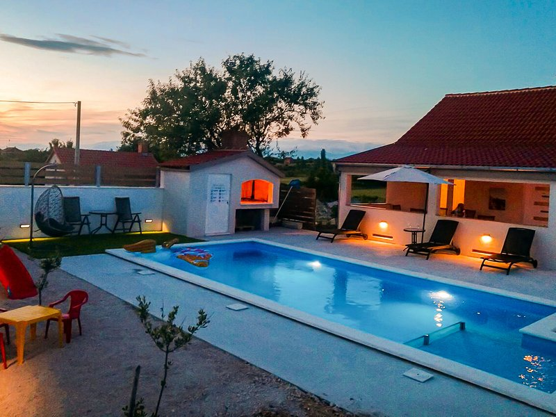 Lovely holiday home with private swimming pool, charming roofed terrace, BBQ, vacation rental in Policnik