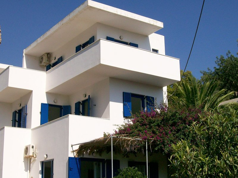 Garden Apartment in villa in beautiful Agia Fotia Bay, SE shore, Near the sea, vacation rental in Ferma