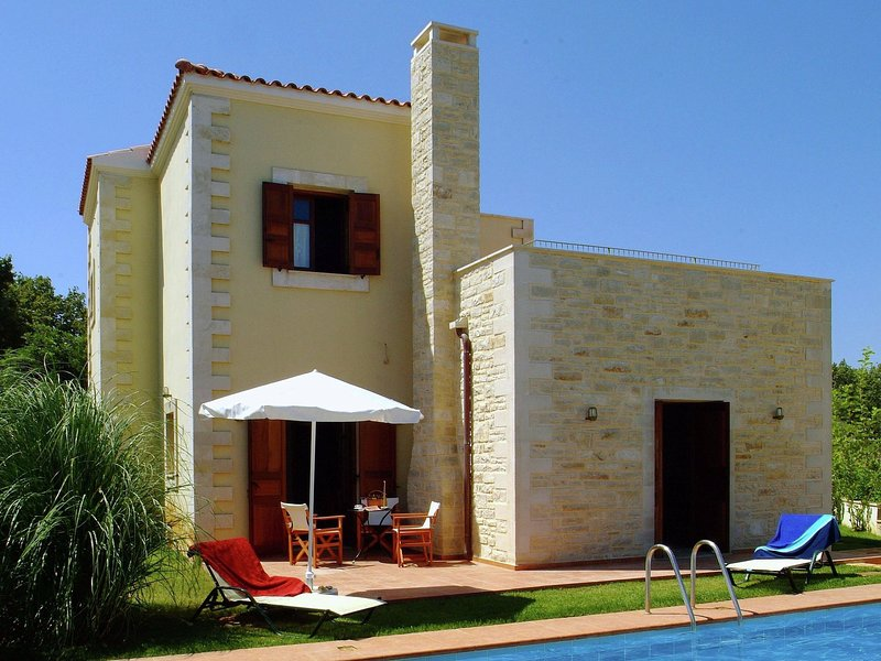 Beautiful villa, private pool, sleeps 6., Prines in Rethymnon, Crete NW coast, holiday rental in Gonia