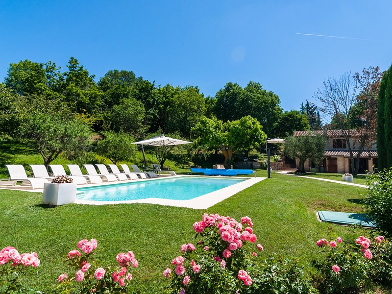 Countryside Villa in   Sant'Ippolito with Swimming Pool, location de vacances à Fratte Rosa