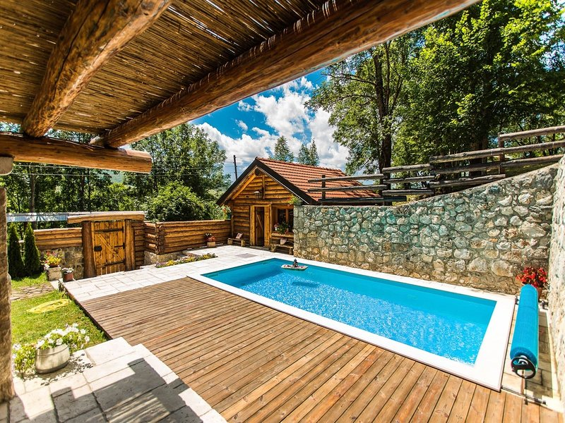 Amazing chalet in the middle of intact nature, private pool, sauna, garden, BBQ, aluguéis de temporada em Gracac