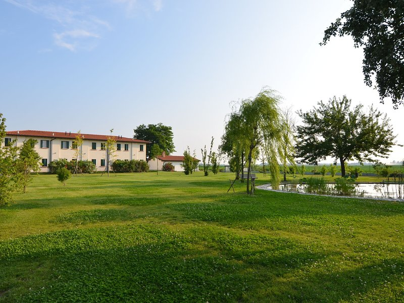 Apartment in the Po Valley with pool and wellness center., vacation rental in Massa Fiscaglia