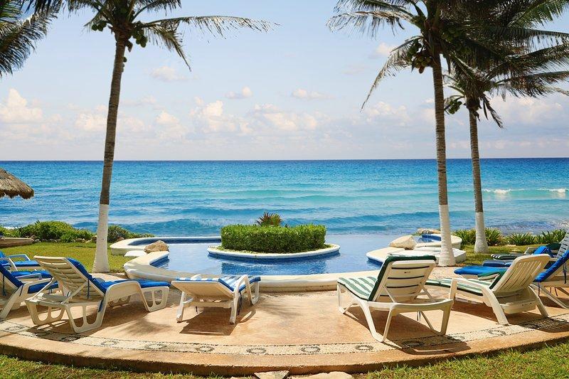 È qui che la tua vacanza inizia nella splendida piscina a sfioro con vista panoramica sui Caraibi.