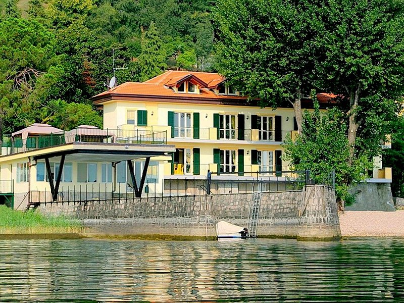 Residence located on the shores of Lake Maggiore., casa vacanza a Invorio