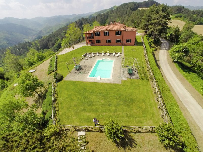 Villa with private swimming pool and panoramic view of the green hills, holiday rental in Popolano