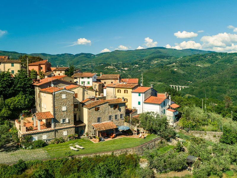 Villa with panoramic view and private garden in the countryside of Pistoia, holiday rental in San Momme