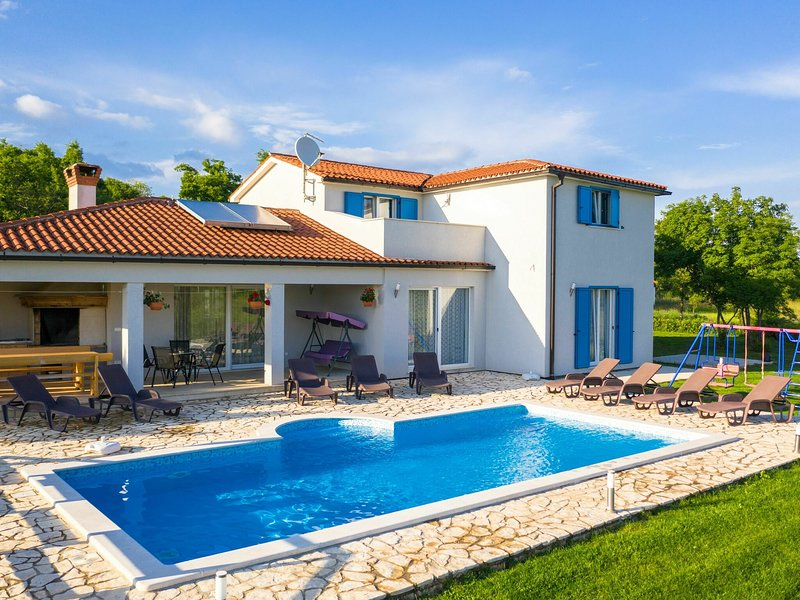 Gorgeous villa in a beautiful location, with swimming pool, BBQ and play equipme, location de vacances à Jurazini