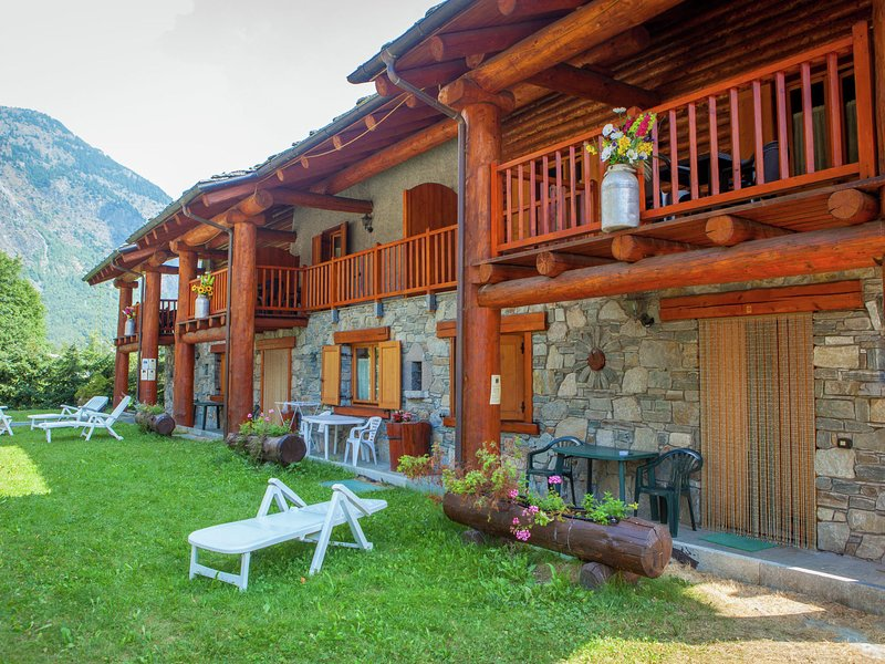 Chalet-village situated in a quiet area, alquiler vacacional en La Magdeleine