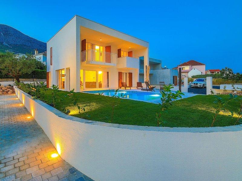 Luxurious Villa in Kaštel Gomilica with Pool, location de vacances à Kastela