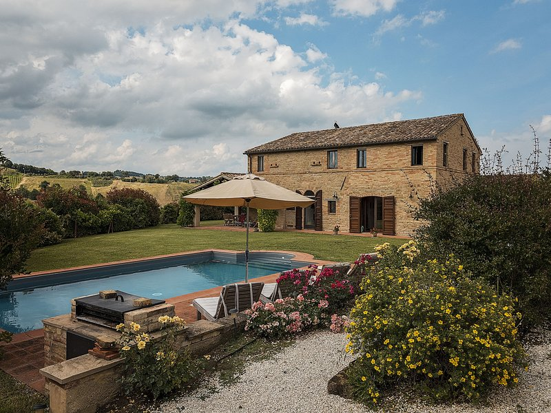Rustic villa in Marche with private garden and pool, Ferienwohnung in Santa Maria d'Alto Cielo