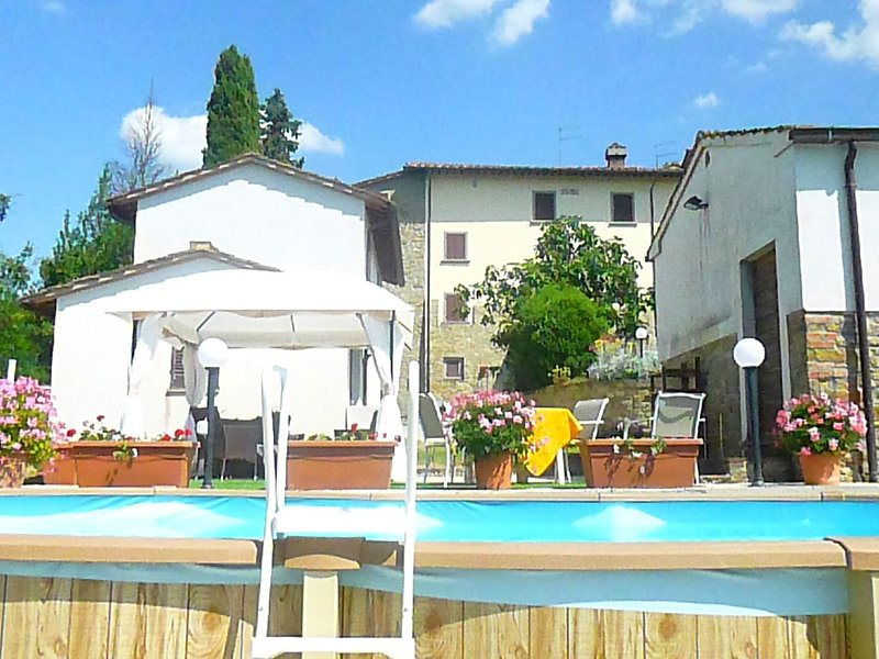 Peaceful Cottage near Arezzo with Swimming Pool, holiday rental in Tregozzano