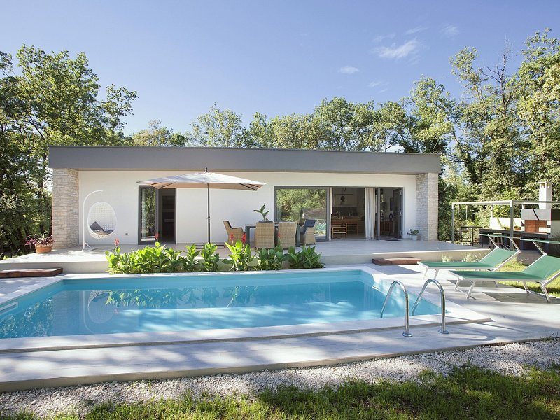 Relaxing Villa with Swimming Pool in Juricani, holiday rental in Radini